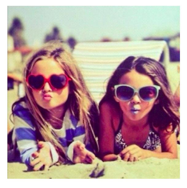 Jolies lunettes de soleil pour bambins en vacances
