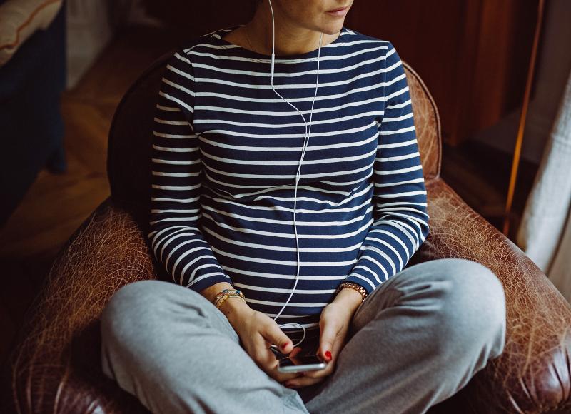 Nos podcasts favoris à écouter en congé maternité