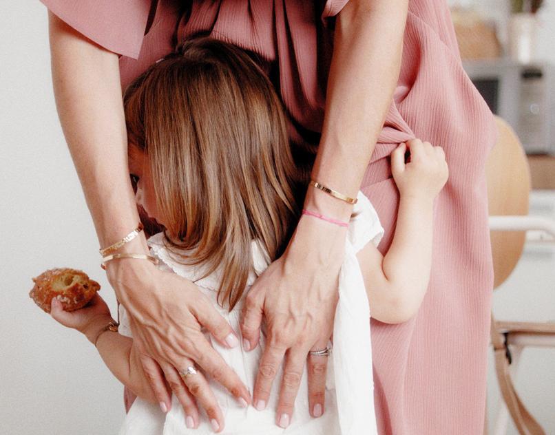 Cadeau de naissance personnalisé: des bijoux à graver pour les jeunes mamans