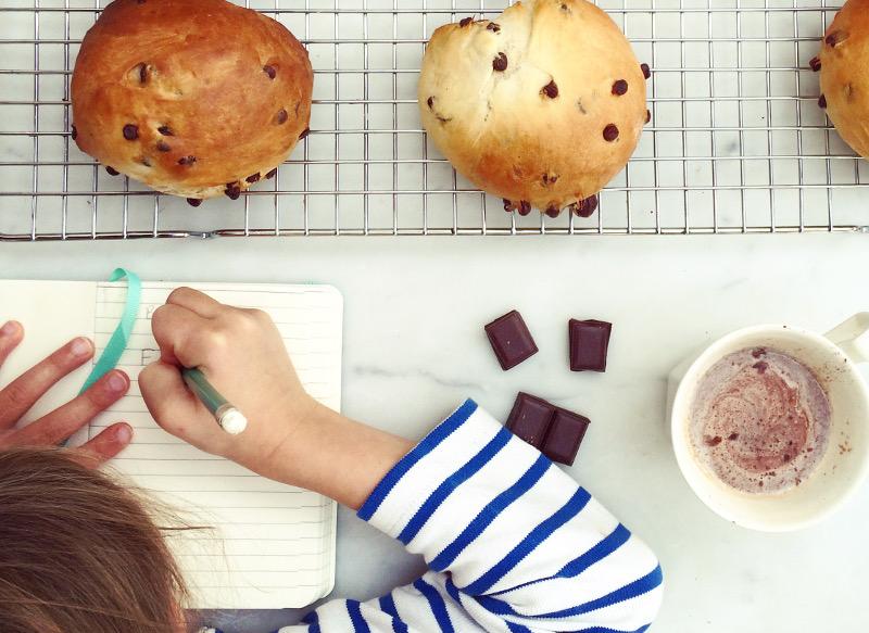 Recette pour le goûter : petits pains au lait et aux pépites de chocolat