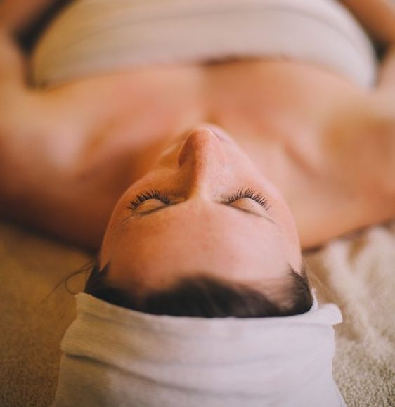 J'ai testé le rebozo, un rituel holistique pour l'après grossesse