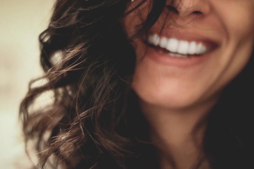 Éclat du teint, acné, taches: comment prendre soin de sa peau pendant et après la grossesse?