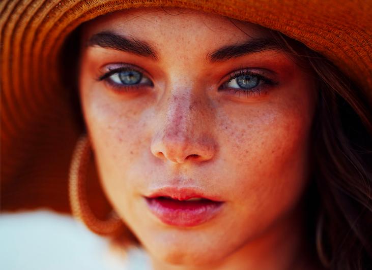 Acné, taches, teint terne: quelle routine beauté adopter après l'été?