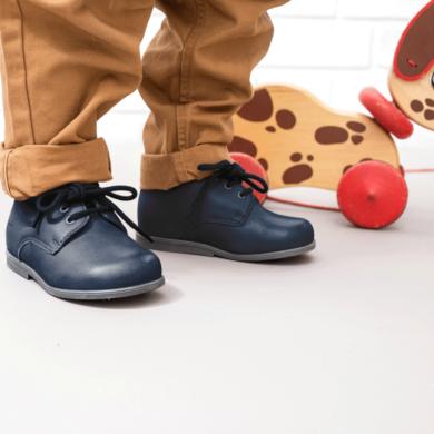 chaussures-premiers-pas-botti-marine-porte