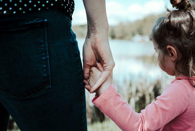 """""""Chasseur, cueilleur, parent"""" : ce que l'on retient du livre de Michaeleen Doucleff"""